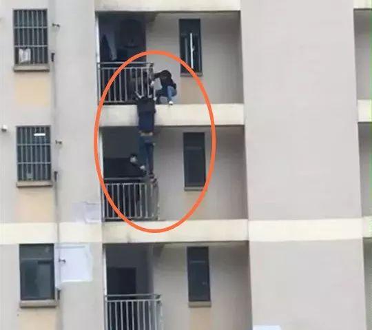 视频刷爆朋友圈!男子被挂在26楼高空!竟是因为...