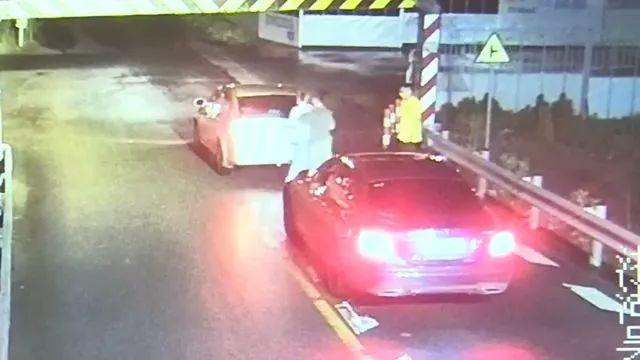 男子逼停奔驰,把女司机拖出来,塞进后备厢!